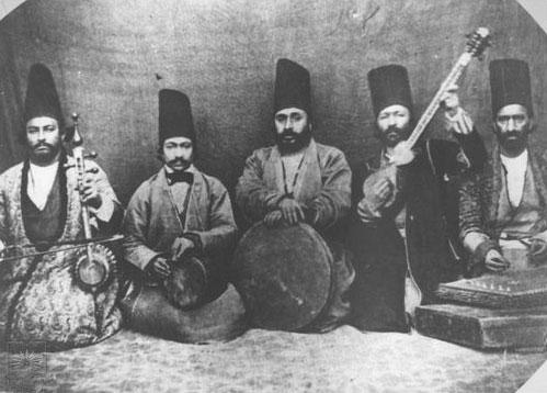 به ترتیب از راست : حسن سنتور خان (سنتور) ، میرزا عبد المولی ( تار ) ، سید زین العابدین قراب ( دف ) ، ناشناس (تنبک ) ، حسن خان کمانچه ( کمانچه )