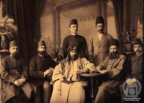 نشسته از راست: 2-محمدحسن امينالضرب اصفهاني 3- سيدجمالالدين اسدآبادي 4- محمدحسين محلاتي (برادر حاج سياح)