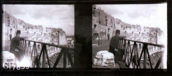 ميرزا ابراهيم در كوليزه رم (ايتاليا) در سفر دوم مظفرالدين شاه به فرنگ. ١٣٢٠ ق/ ١٩٠٢ م/ ١٢٨١ خ. كنتاكت نگاتيف شيشه (٧.١٠ * ٤.٤سانتيمتر) وراسكوپ شماره ٧٨٥٩ آلبومخانه كاخ گلستان